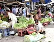 فیصل آباد: دکاندار فروخت کے لیے آم دھونے میں مصروف ہے۔