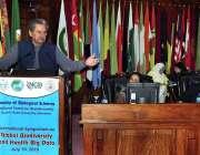 اسلام آباد: وفاقی وزیر تعلیم شفقت محمود دوسری سالانہ سپموزیم کے شرکاء ..
