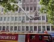 لاہور: مال روڈ پر واقع الفلاح بلڈنگ میں لگنے والی آگ کو بجھانے کے لیے ..