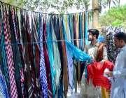 حیدر آباد: شہری سڑک کنارے لگے سٹال سے رومال پسند کر رہا ہے۔