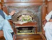 لاہور: گورنر پنجاب چوہدری محمد سرور سے وائس چانسلر پنجاب یونیورسٹی ..
