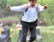 اسلام آباد: سکول سے چھٹی کے بعد بچے بارش سے لطف اندوز ہو رہا ہے۔