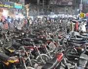 راولپنڈی: سٹیلائٹ ٹاؤن کمرشل مارکیٹ شاپنگ کے آگے کھڑی موٹر سائیکلوں ..