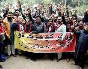 لاہور نجی کمپنی کے ملازمین اپنے مطالبات کے حق میں احتجاج کررہے ہیں۔