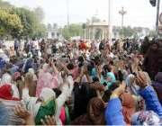 لاہور: مال روڈ پر لیڈی ہیلتھ ورکز مطالبات کے حق میں احتجاجی دھرنا دیئے ..