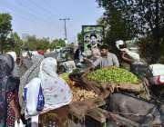 فیصل آباد: خواتین ریڑھی بان سے سبزی خرید رہی ہیں۔