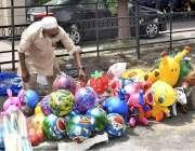 فیصل آباد: دکاندار گاہکوں کو متوجہ کرنے کے لیے سڑک کنارے پلاسٹک کے کھلونے ..
