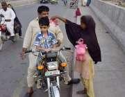 لاہور: ایک خانہ بدوش بچی راوی پل پر صدقے کا گوشت فروحت کررہی ہے۔