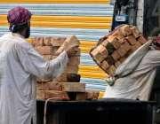 راولپنڈی: مقامی پلازہ میں جاری تعمیراتی کام کیلئے مزدور بھاری اینٹیں ..