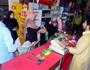 حیدر آباد: رمضان المبار ک کے آغاز پر ایک فیملی یوٹیلٹی سٹور سے خریداری ..