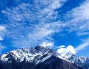 گلگت: پہاڑوں پر برف اور آسمان پر ہلکے بادلوں کا دلکش منظر۔