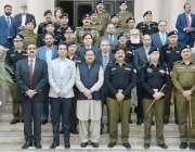 لاہور: وزیر اعلیٰ پنجاب عثمان بزدار کے ساتھ سنٹرل پولیس آفس لاہور میں ..