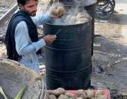 لاہور: نئے انداز میں شکر گندی بیچتا ہوا دکاندار۔