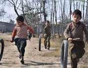 پشاور: خانہ بدوش بچے کھیل کود میں مصروف ہیں۔