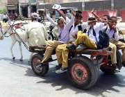 حیدر آباد: سکول سے چھٹی کے بعد طالبعلم گدھا ریڑھی پر بیٹھ کر سفر کر رہے ..