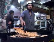 پشاور: دکاندار گاہکوں کو متوجہ کرنے کے لیے جلیبیاں بنا رہا ہے۔