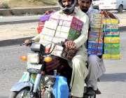 راولپنڈی: موٹر سائیکل سوار چوڑیوں کے ڈبے اٹھائے جا رہے ہیں۔