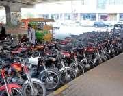 راولپنڈی: سکستھ روڈ کی سڑک پر پارک کئے جانیوالے موٹرسائیکل دن بھر ٹریفک ..
