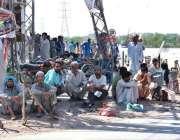 اسلام آباد: وفاقی دارالحکومت میں مزدور اڈے میں دیہاڑی کے انتظار میں ..