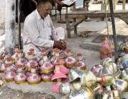 فیصل آباد: محنت کش روایتی انداز سے حکہ ٹوپیاں تیار کر رکھا ہے۔