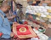 لاہور: رمضان المبارک کے آغاز پر ایک شہری نماز کی ادائیگی کے لیے جائے ..