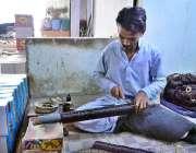 حیدر آباد: محنت کش روایتی انداز سے چوڑیاں تیار کررہا ہے۔