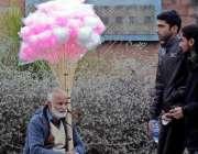 راولپنڈی: ایک معمر شخص اپنے خاندان کی کفالت کے لیے لچھے فروخت کررہا ..
