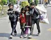 لاہور: خانہ بدوش بچے کار آمد اشیاء اکٹھی کر کے لیجا رہے ہیں۔