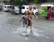 سیالکوٹ: بچے موسلا دھار بارش سے لطف اندوز ہو رہے ہیں۔
