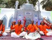 حیدرآباد: سندھ میوزیم میں تیسری سندھ صوفی میلہ (فیسٹیول) کے دوران فنکار ..