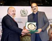 اسلام آباد: وفاقی وزیر صحت عامر محمود کیانی کو منہاج الرحمن یادگاری ..