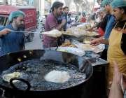 راولپنڈی: شب برات کے موقع پر شہری حلوہ پوری و دیگر اشیاء خرید رہے ہیں۔