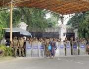 لاہور : سرکاری ہسپتالوں کی نجکاری کیخلاف مظاہرے کے دوران پولیس اہلکار ..