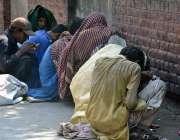 فیصل آباد: منشیات کے خلاف عالمی دن کے موقع پر نشے کے عادی شخص نشا کر ..