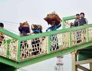 اسلام آباد: خانہ بدوش خواتین گھر کا چولہا جلانے کے لیے خشک لکڑیاں اٹھائے ..