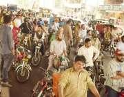 لاہور: بارش سے بچنے کے لیے شہری اورنج لائن ٹرین کے ٹریک کے نیچے جمع ہیں۔