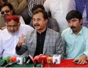 حیدر آباد: تحریک انصاف کے رہنما حلیم عادل شیخ پریس کانفرنس سے خطاب کر ..