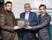 لاہور: لاہور چیمبر آف کامرس کے صدر الماس حیدر کے سی سی آئی کے صدر خواجہ ..