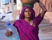 حیدر آباد: خانہ بدوش خاتون پینے کے لیے پانی بھرکر لیجا رہی ہے۔