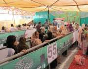 لاہور: شہری سستے رمضان بازار میں چینی خریدنے کے لیے قطار میں کھڑے ہیں۔