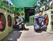 پشاور: مزدور روم ائیر کولر تیار کرنے میں مصروف ہیں۔
