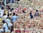 لاہور: فروٹ منڈی میں دکانداروں نے گاہکوں کو متوجہ کرنے کے لیے آم کی ..