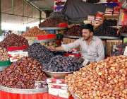 اسلام آباد: دکاندار نے گاہکوں کومتوجہ کرنے کے لیے مختلف اقسام کی کھجوریں ..