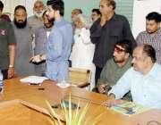 لاہور: صوبائی وزیر سکولز ایجوکیشن ڈاکٹر مراد راس کھلی کچہری کے دوران ..