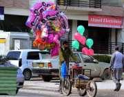 راولپنڈی: محنت کش پھیر لگا کر بچوں کے کھلونے فروخت کررہا ہے۔
