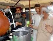 لاہور: شہری گرمی کی شدت کم کرنے کے لیے لسی پی رہے ہیں۔