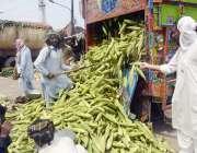 لاہور:مزدور فروٹ مندی میں ٹرک سے سٹے اتار رہے ہیں۔