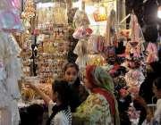 راولپنڈی: عید کی تیاریوں میں مصروف خواتین موتی بازار سے خریداری کر ..