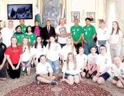 لندن: برطانیہ میں پاکستان کے ہائی کمشنر محمد نفیس ذکریا کا سکول کے بچوں ..