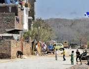 راولپنڈی: نالہ لئی کنارے بچے پتنگ بازی کر رہے ہیں۔
